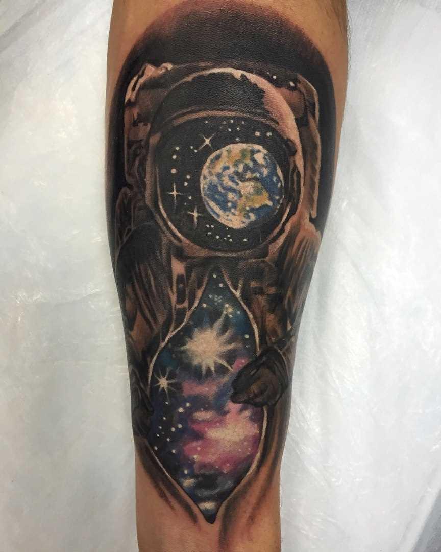 Tatuagem no antebraço do cara - espaço e espaço