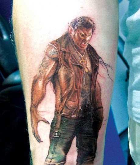 Tatuagem no antebraço do cara - homem-um lobisomem