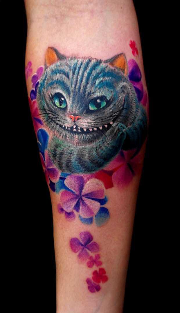 Tatuagem no antebraço do cara - o gato de Cheshire