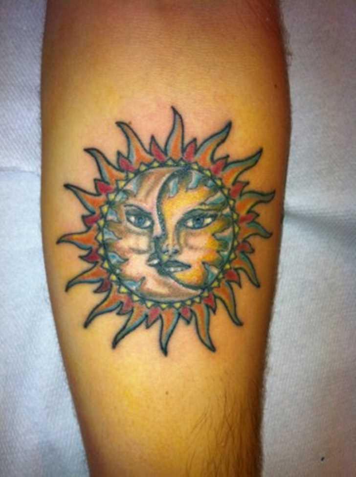 Tatuagem no antebraço do cara - o sol e a lua