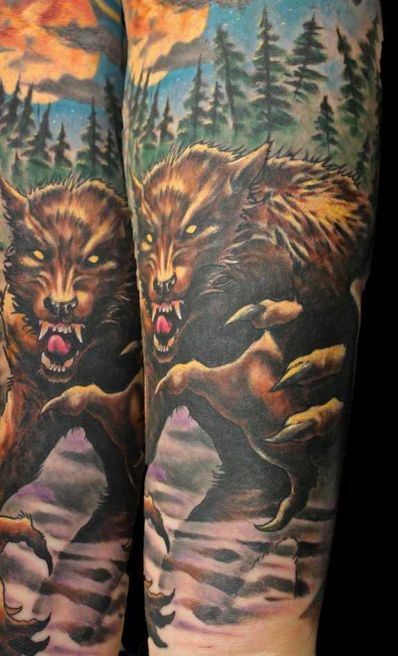 Tatuagem no antebraço do cara - um lobisomem na floresta e a lua