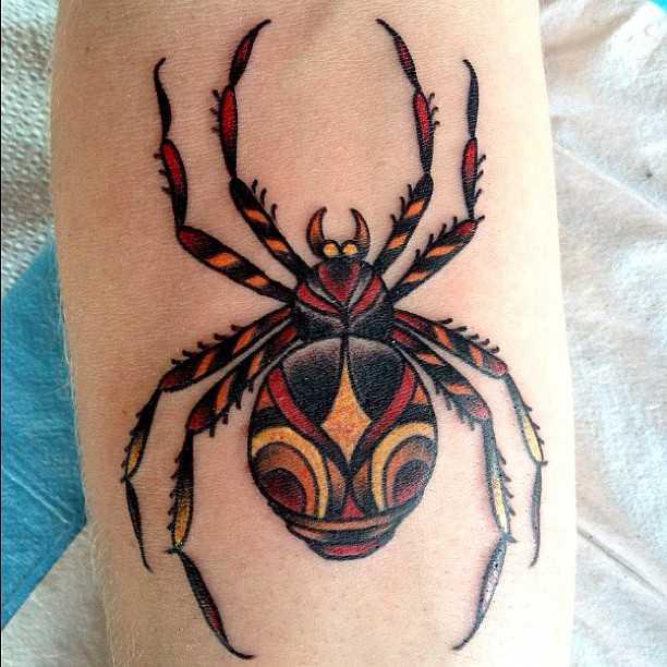 Tatuagem no antebraço garota - aranha