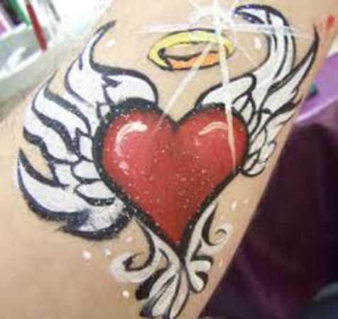 Tatuagem no antebraço menina de coração com asas e um anel