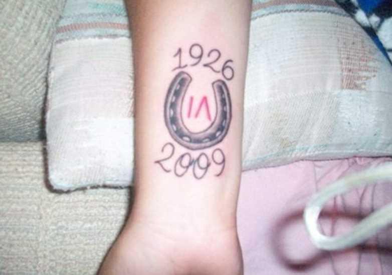 Tatuagem no antebraço meninas - ferradura e a data