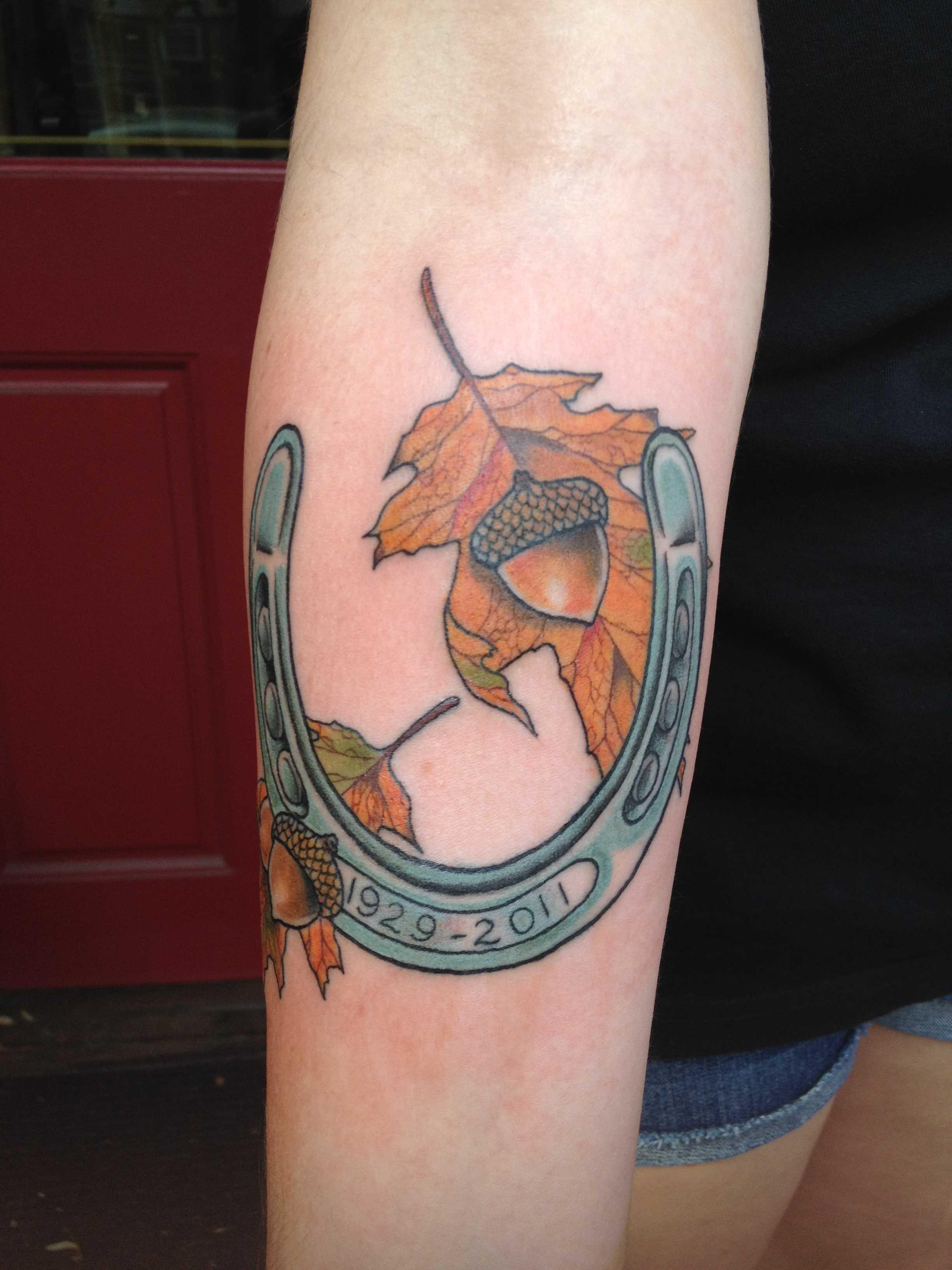 Tatuagem no antebraço meninas - ferradura e as bolotas