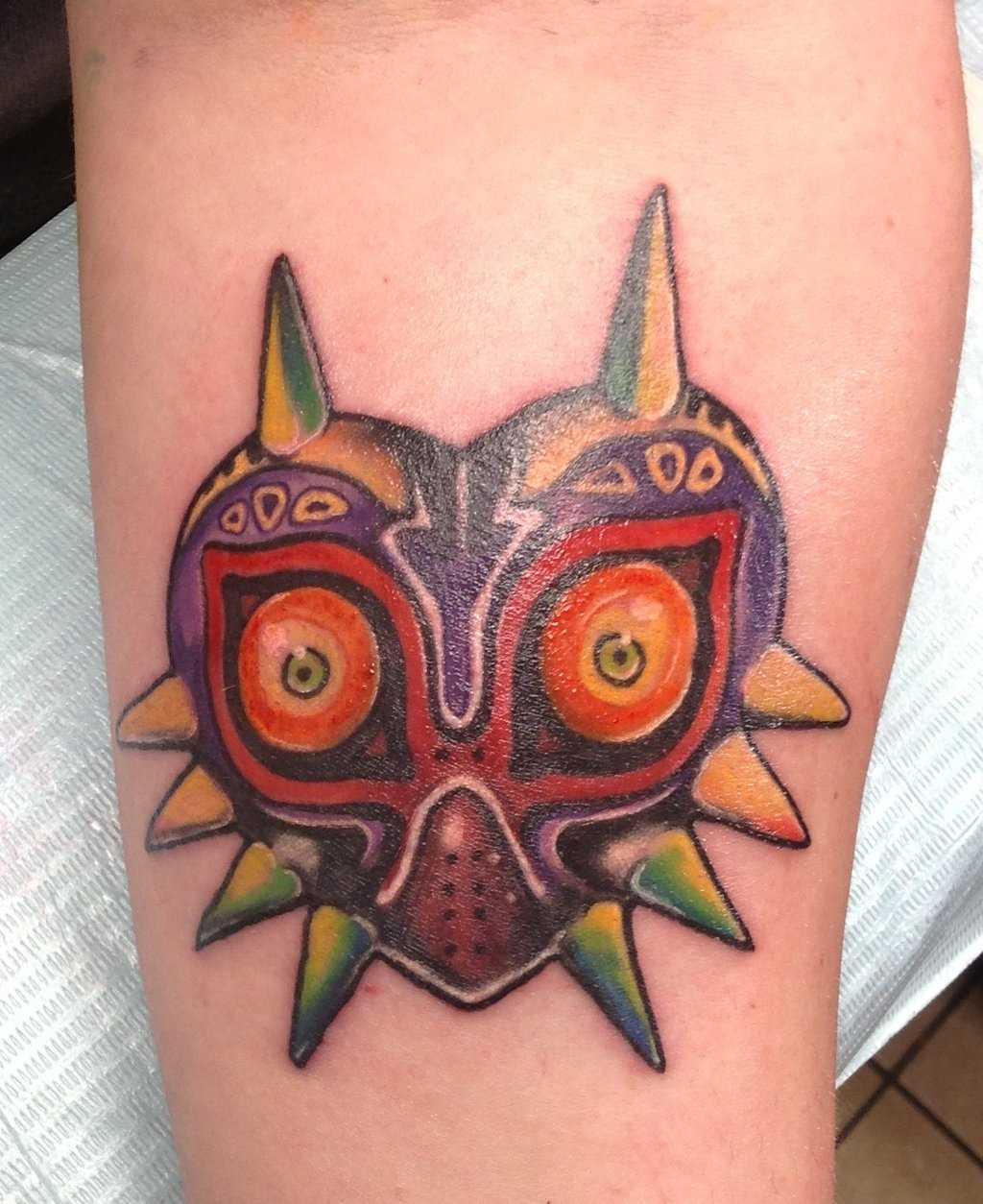Tatuagem no antebraço meninas - máscara em forma de coração
