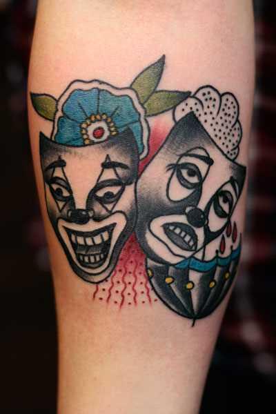 Tatuagem no antebraço meninas - máscara, uma flor e um guarda-chuva