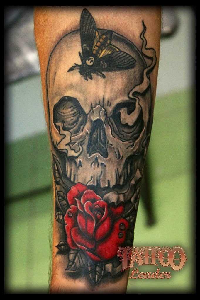 Tatuagem no antebraço tenha uma cara de crânio, a borboleta e a rosa