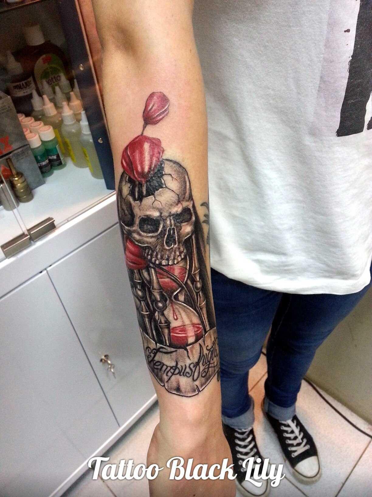 Tatuagem no antebraço tenha uma cara de crânio e a ampulheta