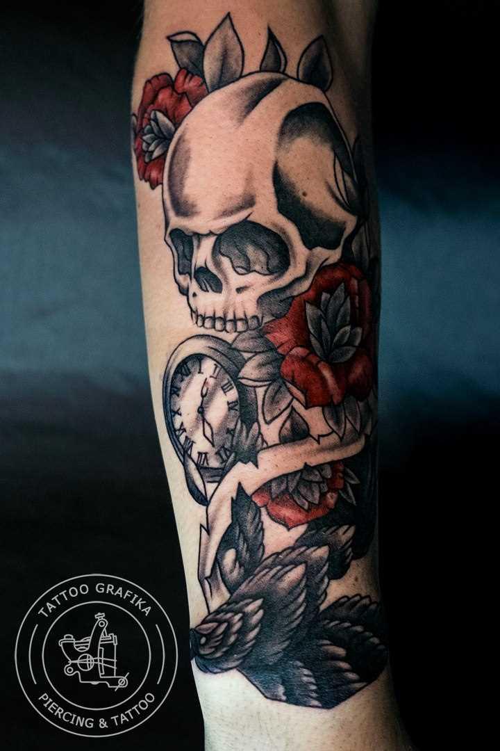 Tatuagem no antebraço tenha uma cara de crânio, relógios e rosas