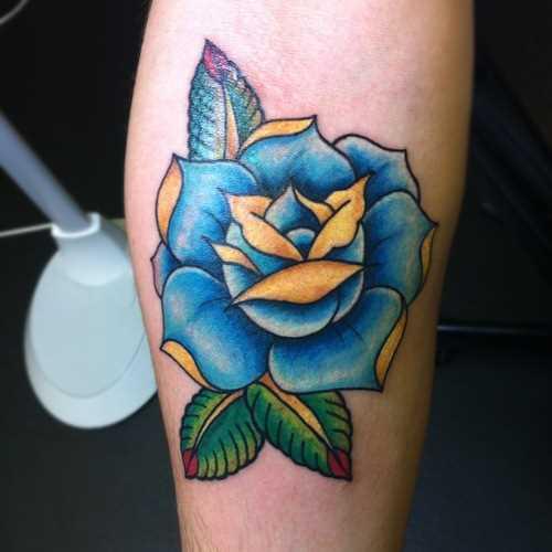 Tatuagem no antebraço, uma menina - a rosa azul