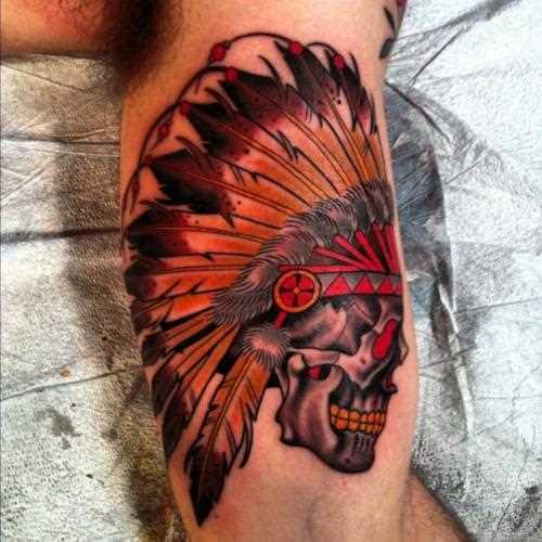 Tatuagem no braço de um cara de crânio indiano