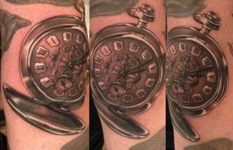 Tatuagem no braço de um cara - de relógios de bolso