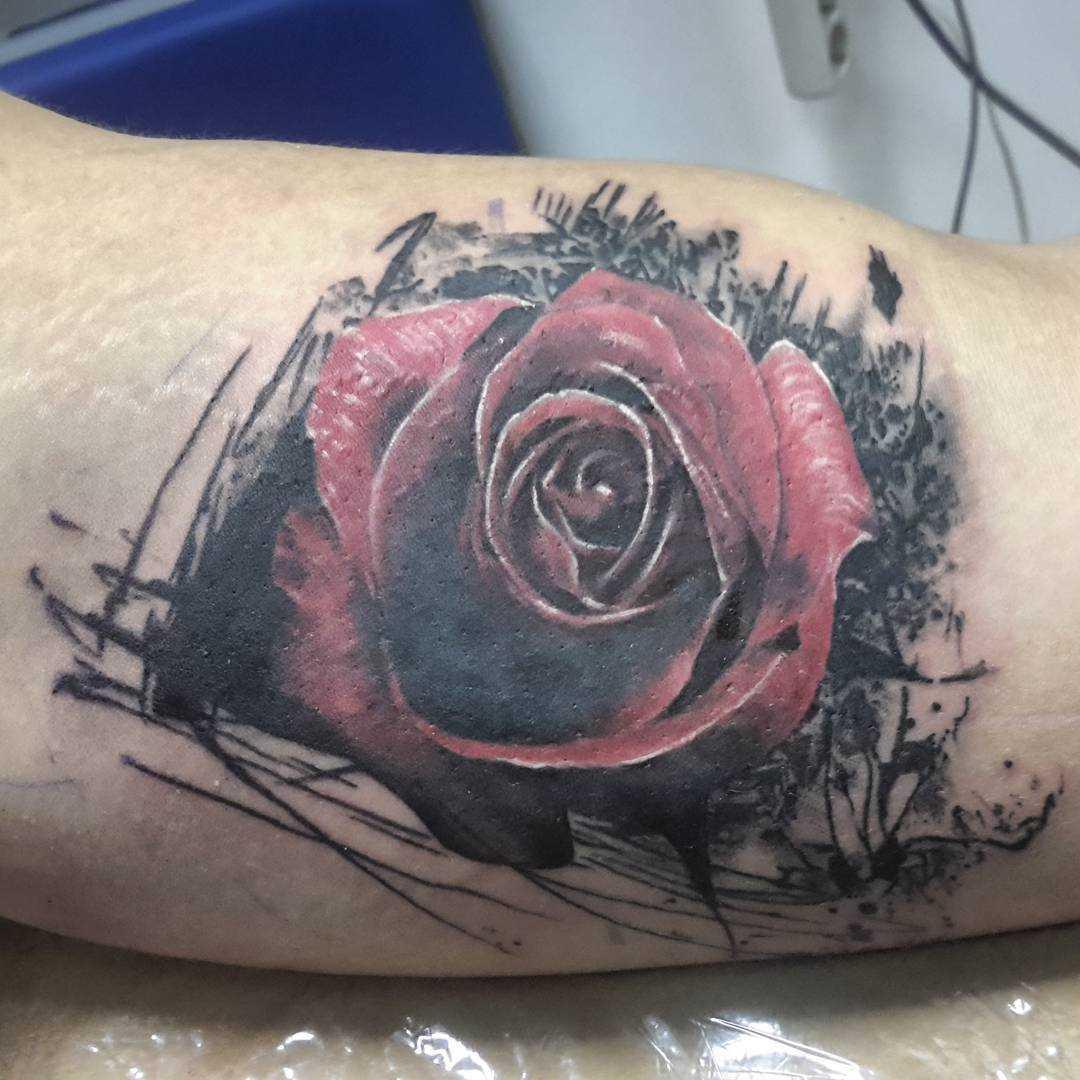 Tatuagem no braço de um cara - de- rosa