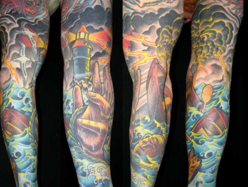Tatuagem no braço de um cara - farol, a gaivota, o relâmpago e o tonushchaia barco