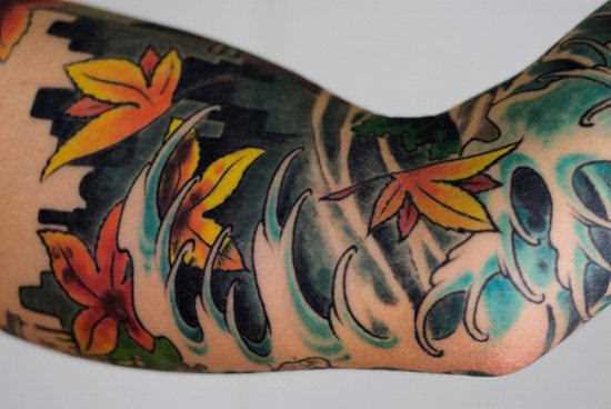 Tatuagem no braço de um cara - folhas