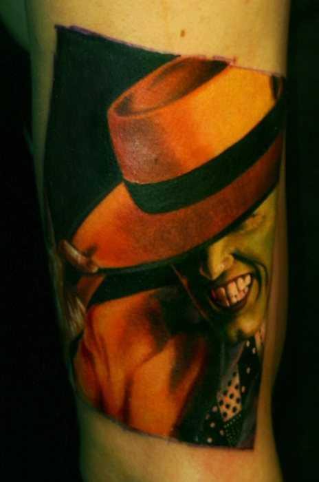 Tatuagem no braço de um cara - máscara verde