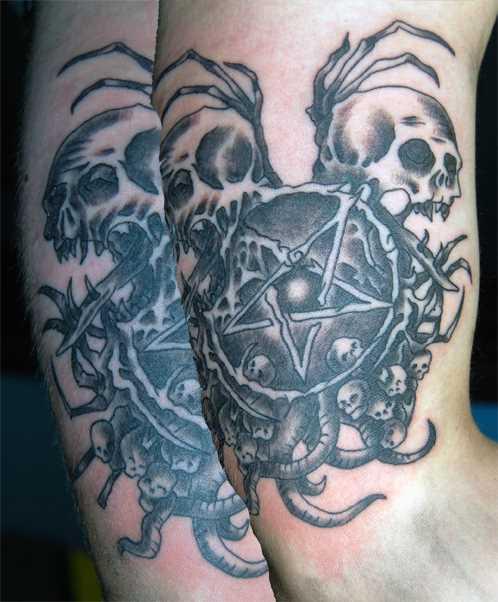 Tatuagem no braço de um cara - o pentagrama e o crânio