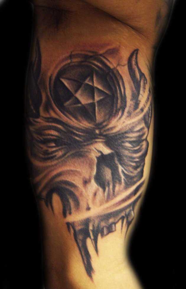 Tatuagem no braço de um cara - pentagrama