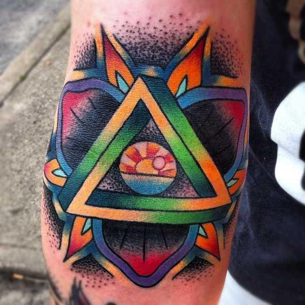 Tatuagem no braço de uma menina - a pirâmide