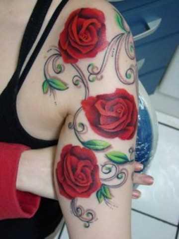 Tatuagem no braço e ombro da menina - rosa