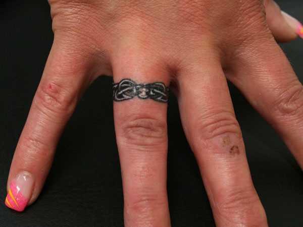 Tatuagem no dedo de uma menina cadeia