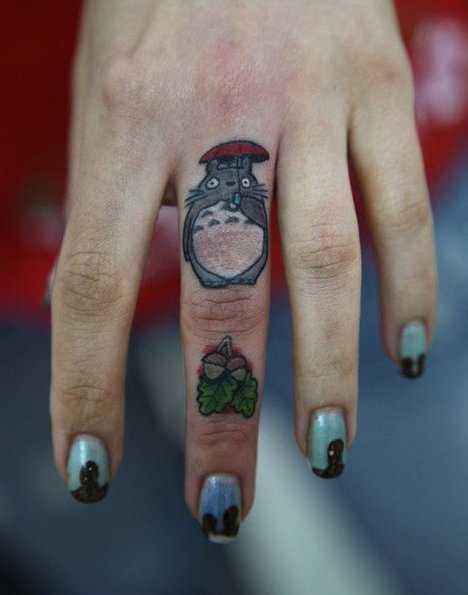 Tatuagem no dedo de uma menina - o mouse