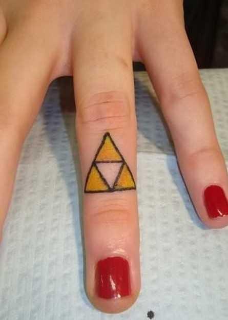 Tatuagem no dedo de uma menina - triângulos