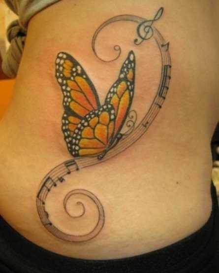 Tatuagem no lado da menina - as notas da clave de sol e uma borboleta