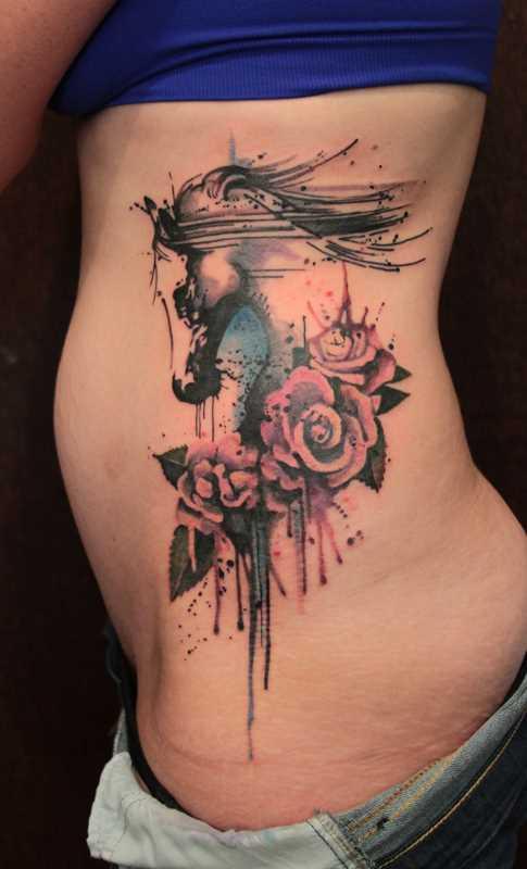 Tatuagem no lado da menina - cavalo e rosas