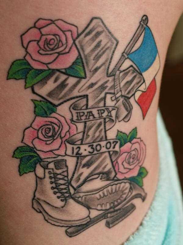 Tatuagem no lado da menina - cruz, botas, rosas e inscrição
