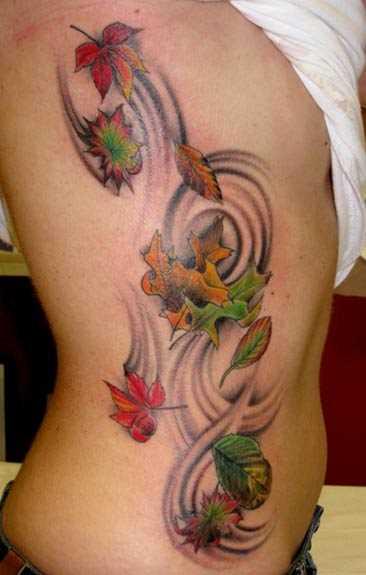 Tatuagem no lado da menina - folhas