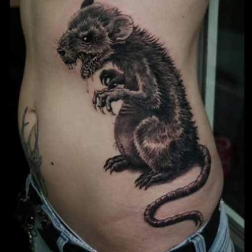 Tatuagem no lado da menina - o rato