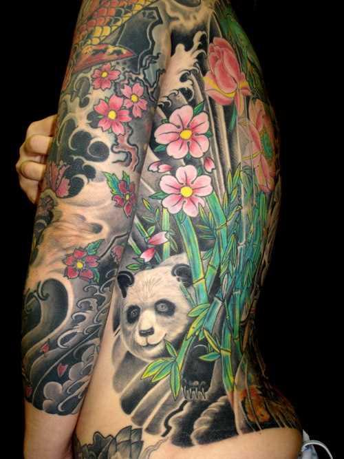 Tatuagem no lado da menina - panda, e sakura