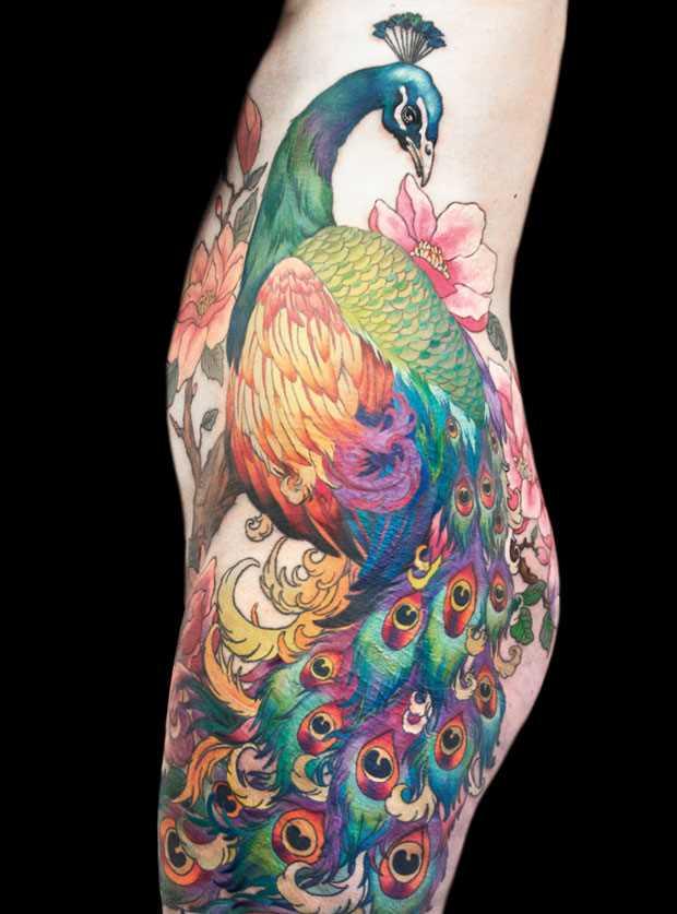 Tatuagem no lado da menina - pavão