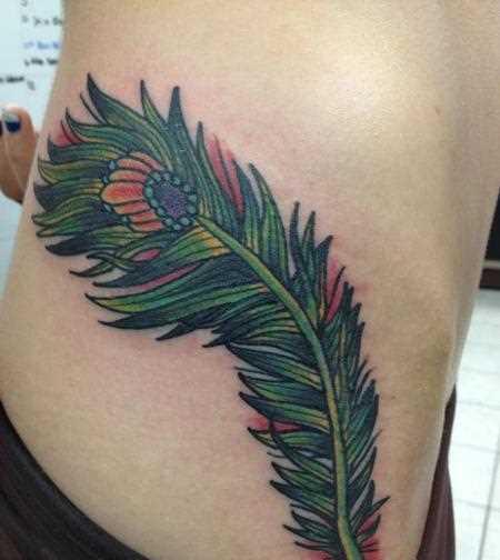 Tatuagem no lado da menina - pena de pavão