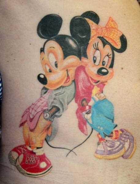 Tatuagem no lado da menina - rato Mickey e Minnie Mouse