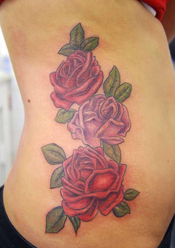 Tatuagem no lado da menina - três rosas