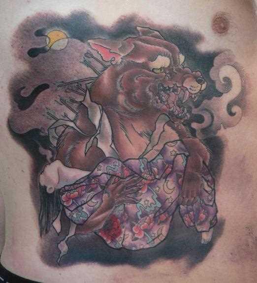 Tatuagem no lado do cara - o lobisomem e a menina tinha nos pés