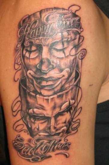 Tatuagem no ombro da menina - a máscara e a legenda em inglês
