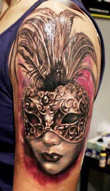 Tatuagem no ombro da menina - a menina para dentro da máscara, com as suas penas
