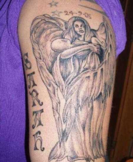 Tatuagem no ombro da menina - anjo com a criança