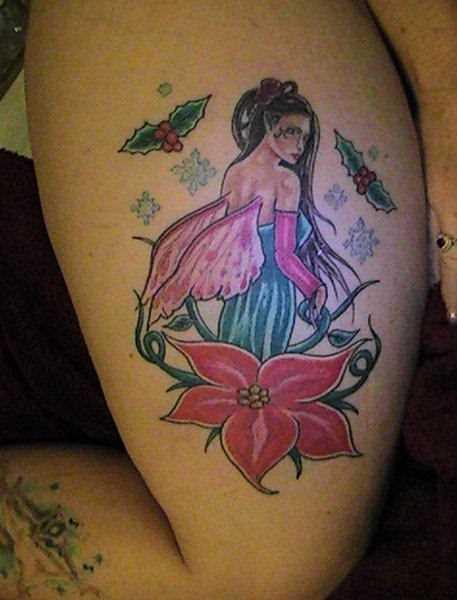 Tatuagem no ombro da menina - anjo e a flor