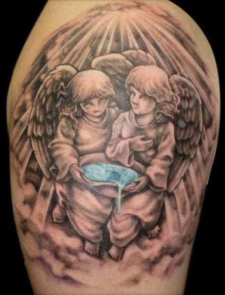 Tatuagem no ombro da menina - anjos