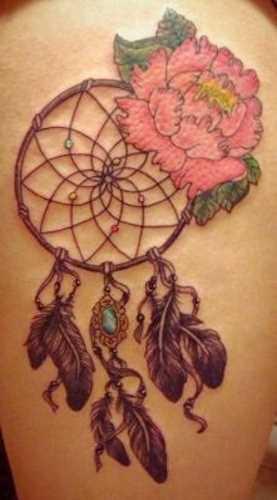 Tatuagem no ombro da menina - apanhador de sonhos e a flor