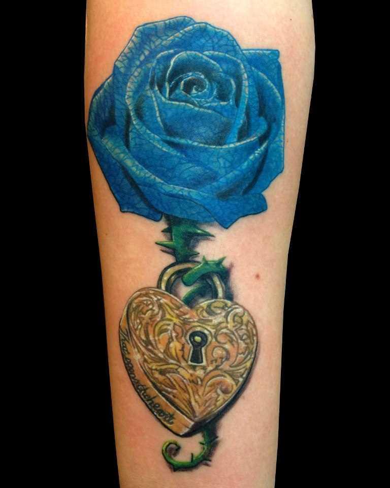 Tatuagem no ombro da menina - azul, o rosa e o castelo