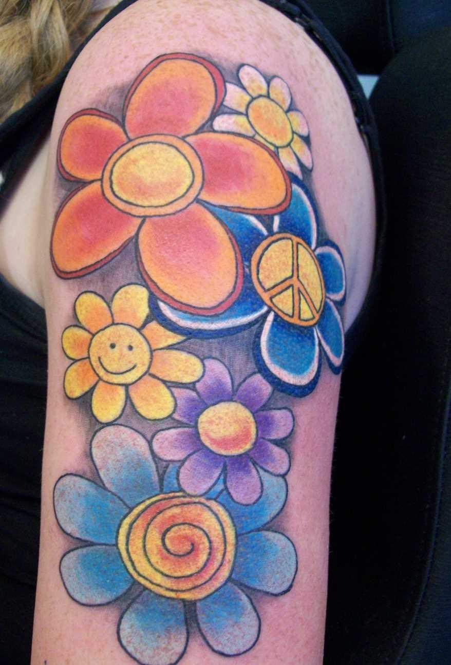 Tatuagem no ombro da menina - cores