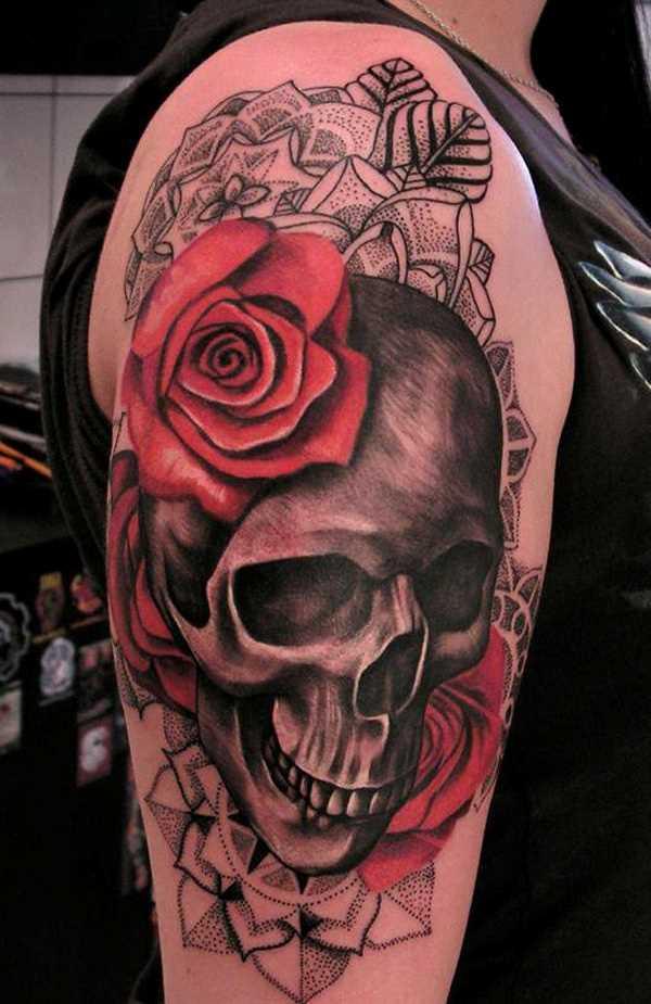 Tatuagem no ombro da menina de crânio e rosas