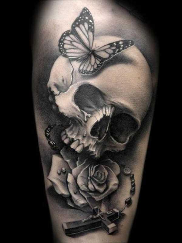 Tatuagem no ombro da menina de crânio, rosa, cruz em cadeia e a borboleta