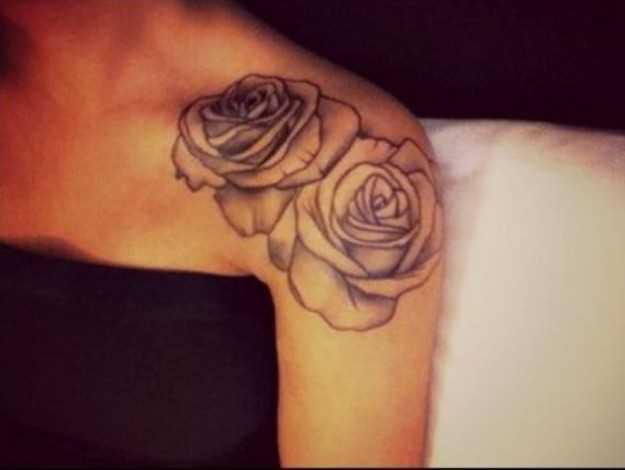 Tatuagem no ombro da menina duas rosas